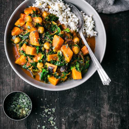 Vegan Chickpea, Sweet Potato, and Kale Curry | occasionallyeggs.com #healthy #veganrecipes