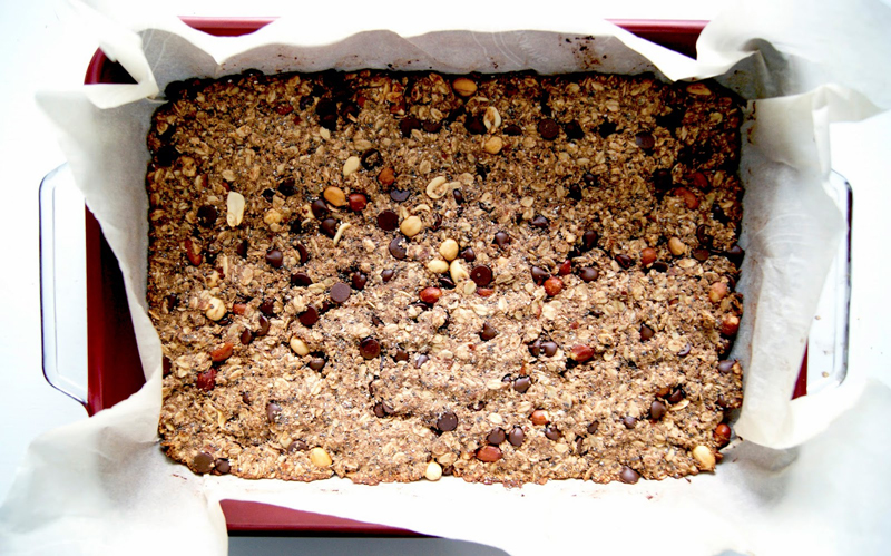 Chocolate Peanut Butter Granola Bars | occasionallyeggs.com