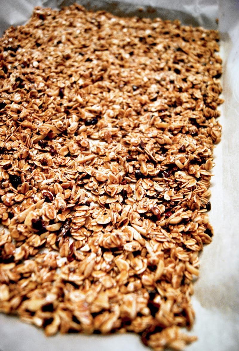 Chunky Almond Chocolate Granola | occasionallyeggs.com