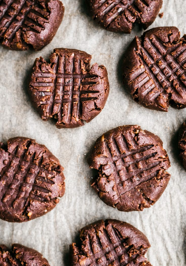 Flourless Chocolate Peanut Butter Brownie Cookies | occasionallyeggs.com